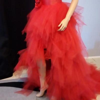 Création robe de mariée tulle rouge avec traîne