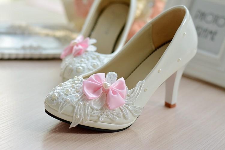 Chaussure de mariée blanche et rose
