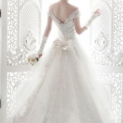 Robe de mariée échancrée avec traîne