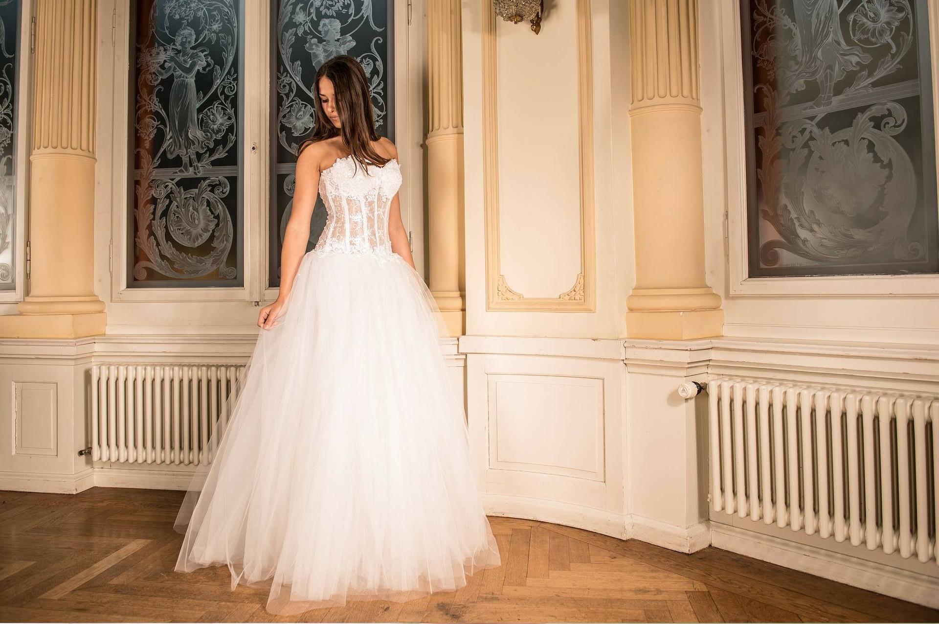 Une robe de mariée + un jupon acheté